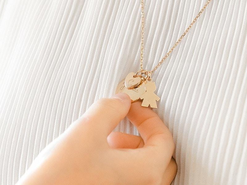 Pendentif personnalisé : choisir un bijou tendance pour l'été !