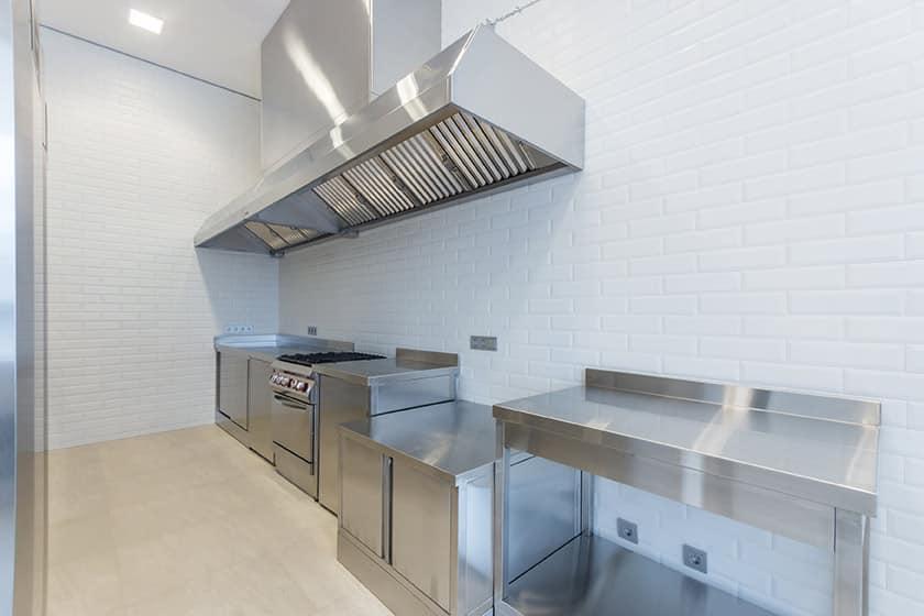 Pourquoi les tables en acier inoxydable dans les grandes cuisines et les lieux publics ?